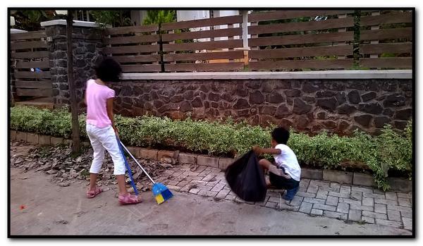 Shefali Vaidya, columnista de un periódico, agregaba  desde twitter esta foto de su hija y su amigo mientras limpian la calle.