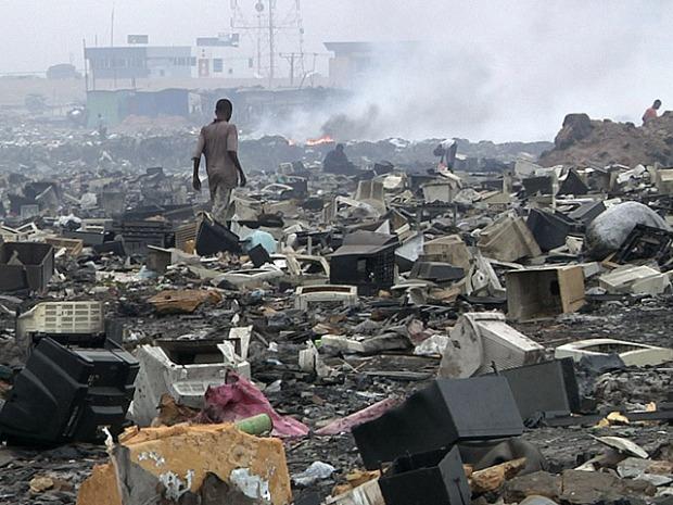 """Ghana es uno de los países más azotados por la compra de usar y tirar. Con un nivel de pobreza de un 28,7%, este país se ha convertido en el vertedero del mundo donde toneladas de basura llegan a su territorio como """"productos de segunda mano""""."""