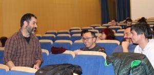 Fedele intercambiando ideas durante la proyección de The Land Between en el salón de actos de la biblioteca María Molines, Zaragoza.